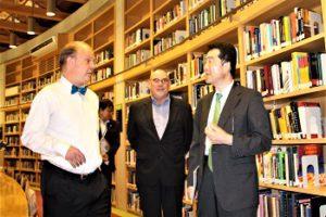 ポール参事官へ中嶋記念図書館の説明をする磯貝副学長とマッキャグ副学長の写真