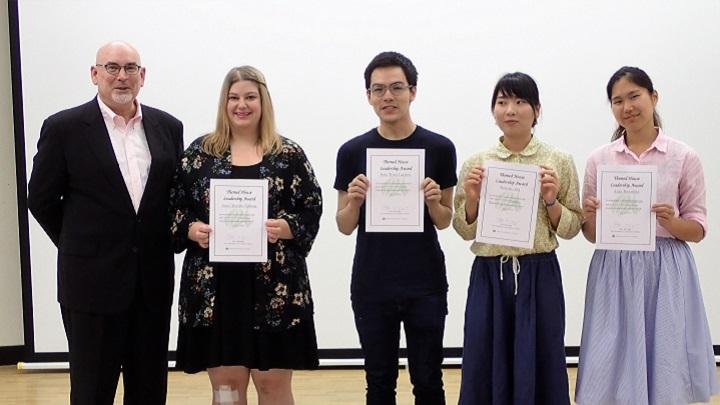 マッキャグ副学長と表彰された学生たちの集合写真
