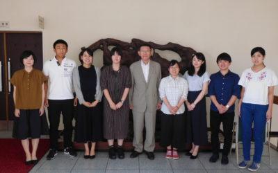 集合写真 知事(右から2番目が澁井さん、3番目が小瀧さん)と記念写真。