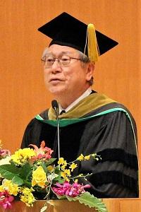 式辞を述べる鈴木 典比古 学長の写真