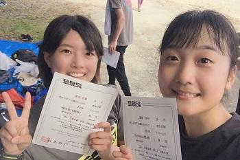 賞状を持つ保地さんと中田さんの写真
