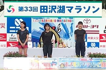 表彰台に立つ保地さんと中田さんの写真