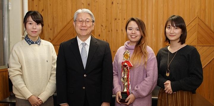 受賞者3名と鈴木学長の集合写真