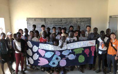 アフリカ中等部ウガンダのビディビディ難民居住地の子供たちとピースフラッグの作成