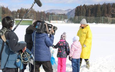白岩小学校の児童と留学生の雪像作りの取材風景