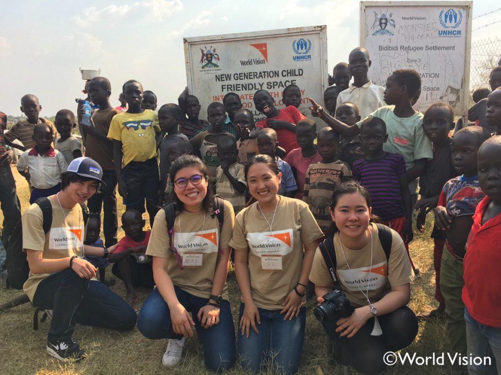 ビディビディ難民居住地の子供たちとの集合写真