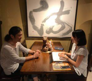 高橋さんとの話し合いをパソコンでまとめる石川さんの写真