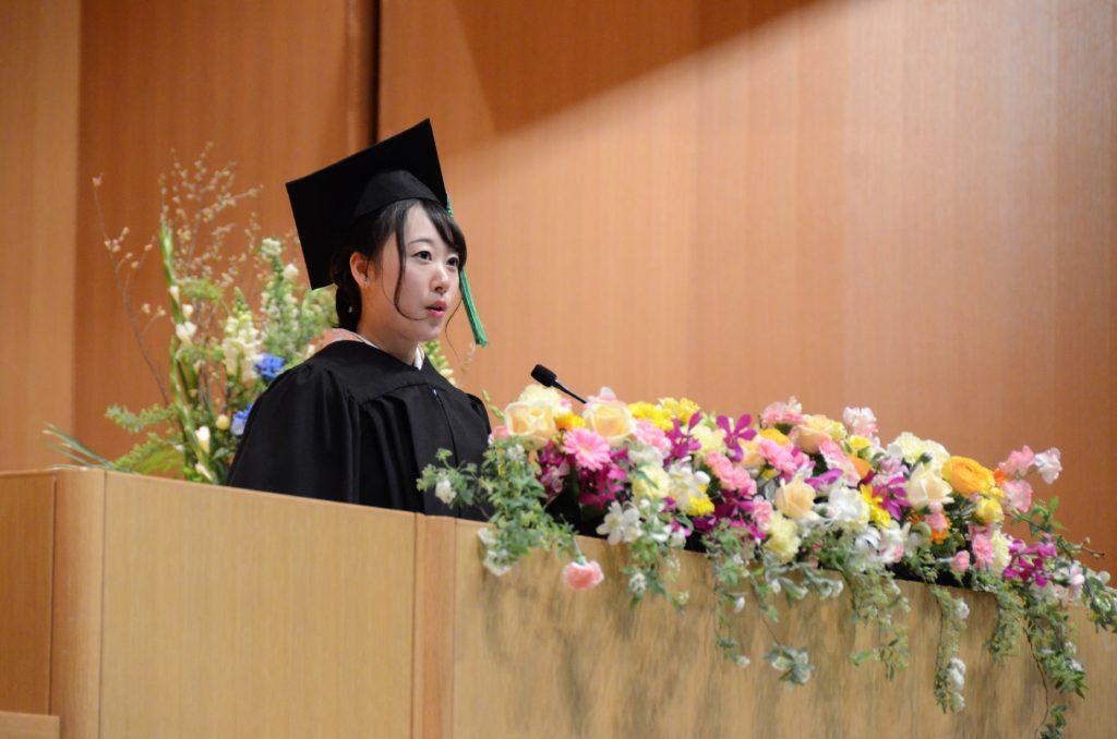 卒業生代表の小瀧さんがスピーチを行っている写真