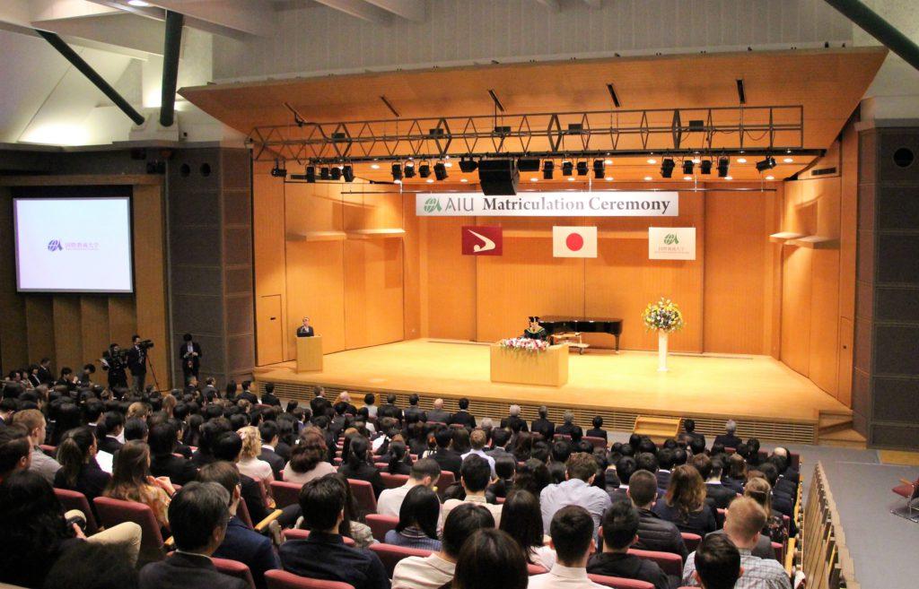 入学式で、学生たちが学長の挨拶を聞く様子