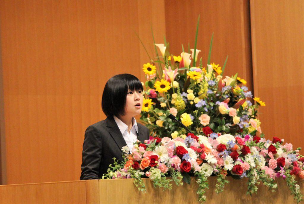 新学部生の中嶋さんがスピーチを行っている写真