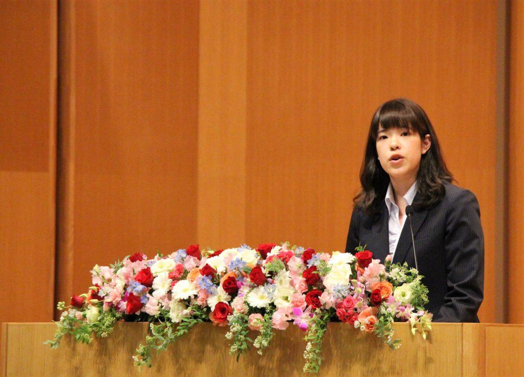 新大学院生のボッサムさんがスピーチを行っている写真
