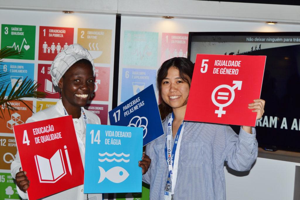 現地大学生ボランティアスタッフと共に、MOZEFO Young Leadersのイベントに参加した写真
