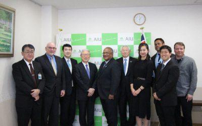 大使と学長を囲んで、参加者による集合写真