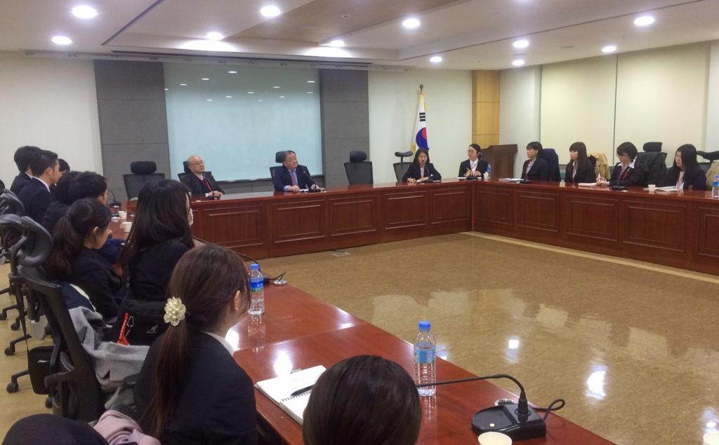会議室で国会議員と対談する様子