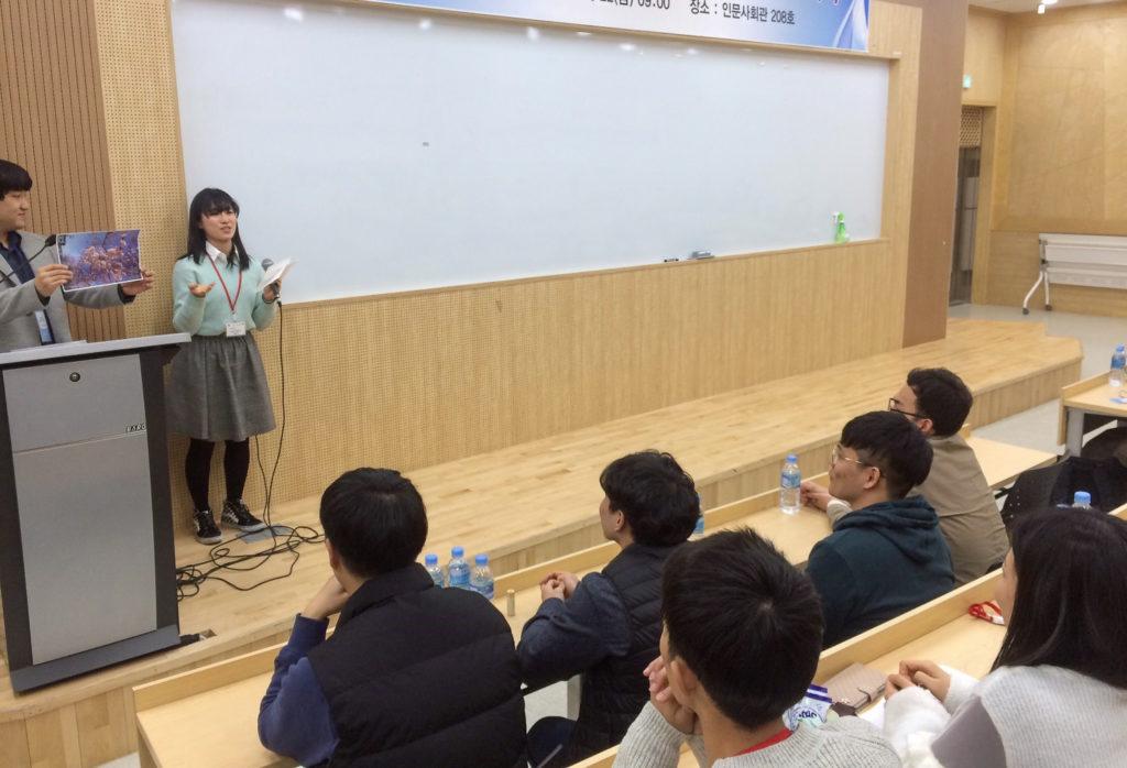 プレゼンテーションを行う学生の写真