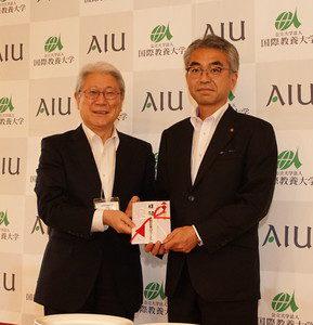 サポーターズクラブ江畑理事から鈴木学長に目録が手渡されました