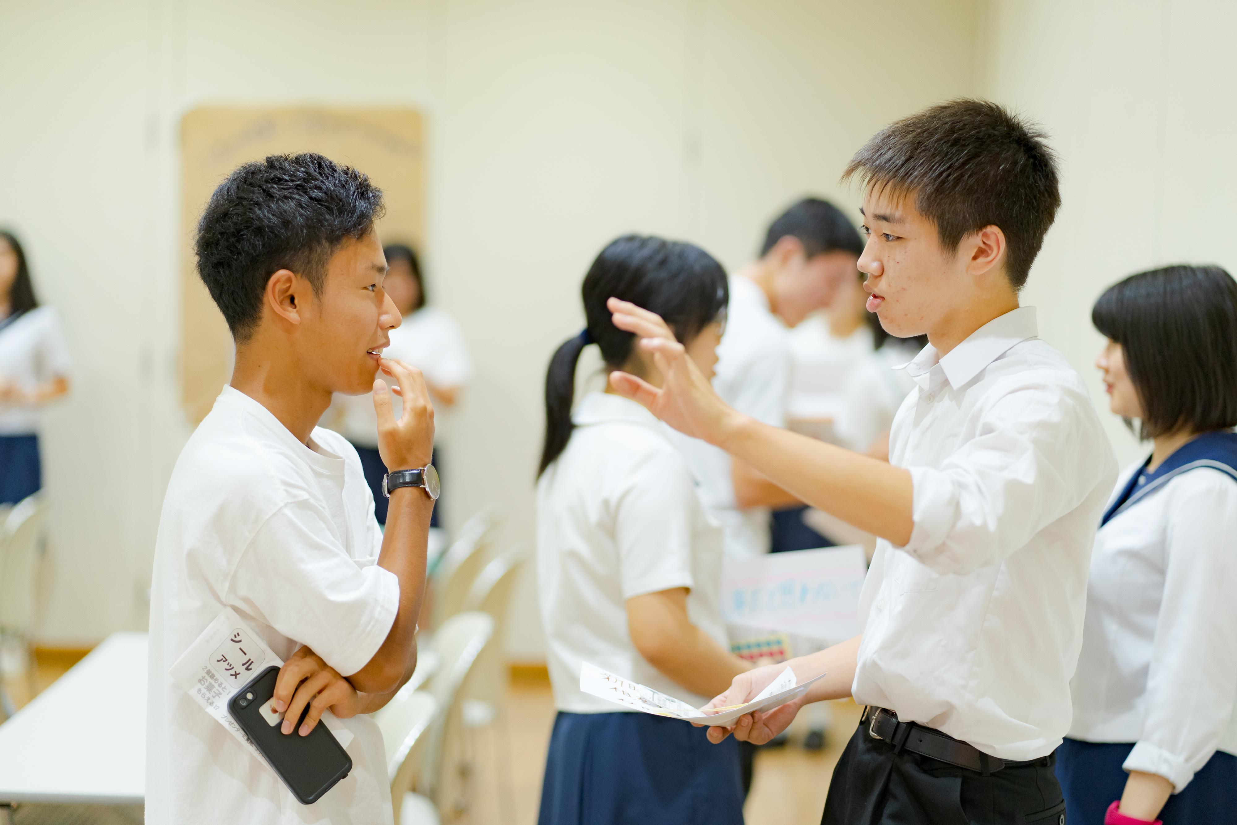 参加者が情報交換をしている写真