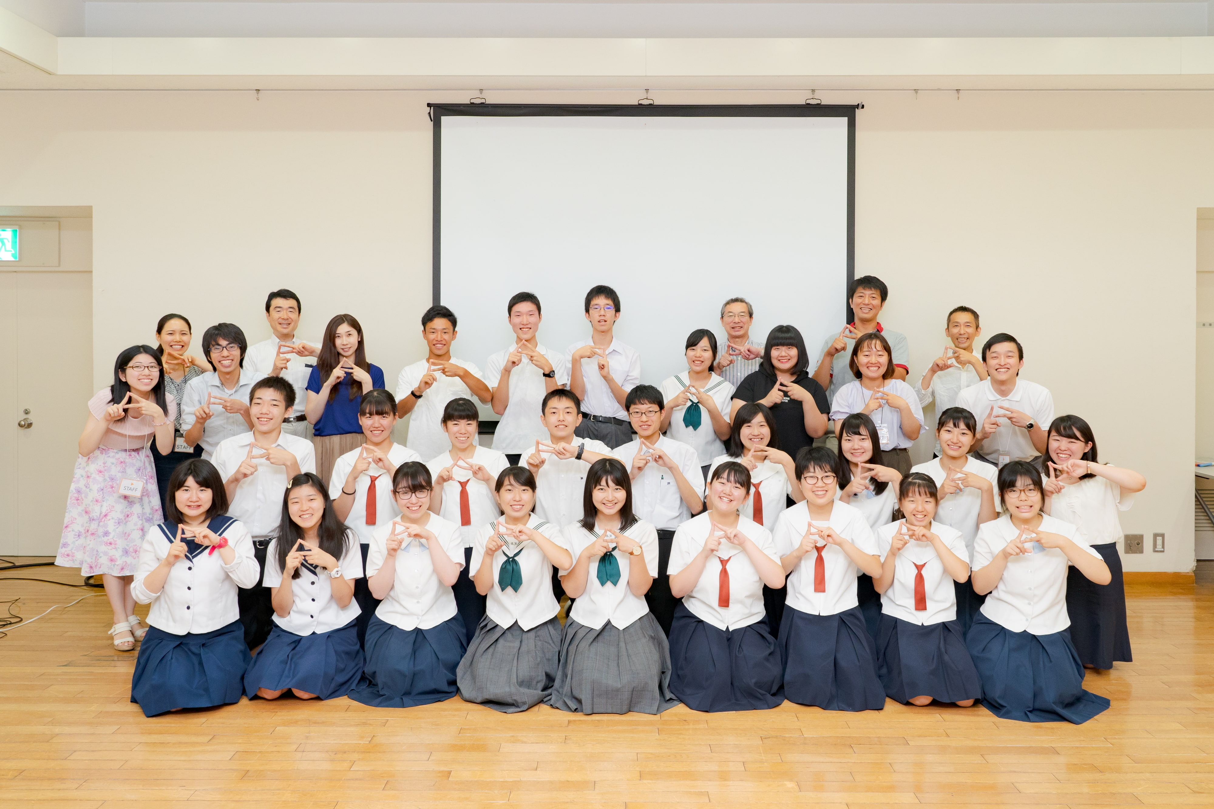 参加した高校生と一緒にスタッフも笑顔の集合写真