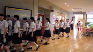 2019年8月9日 聖霊女子短期大学付属高等学校の生徒が国際教養大学内を見学している様子