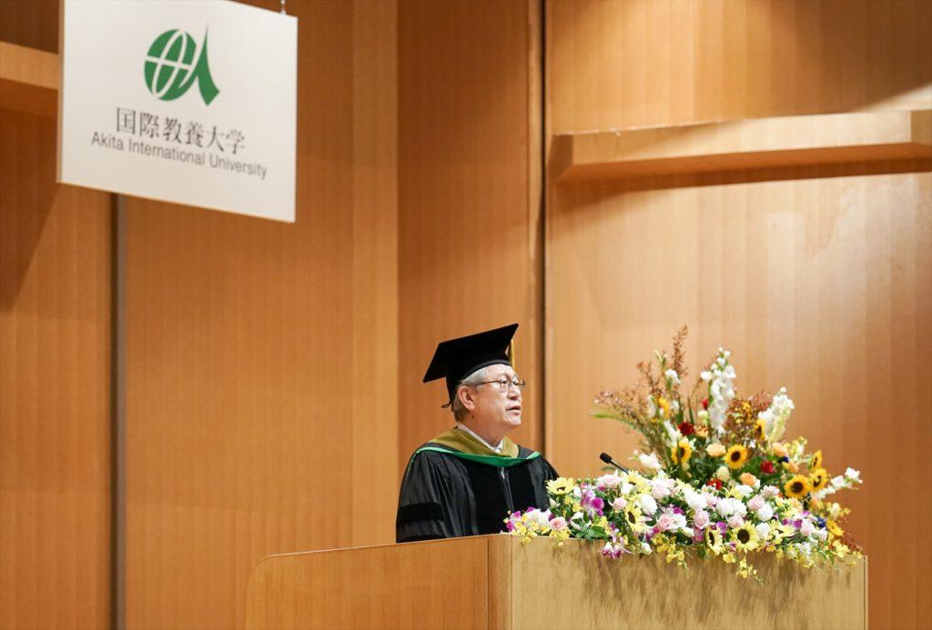 壇上に立ち式辞を述べる鈴木学長の写真