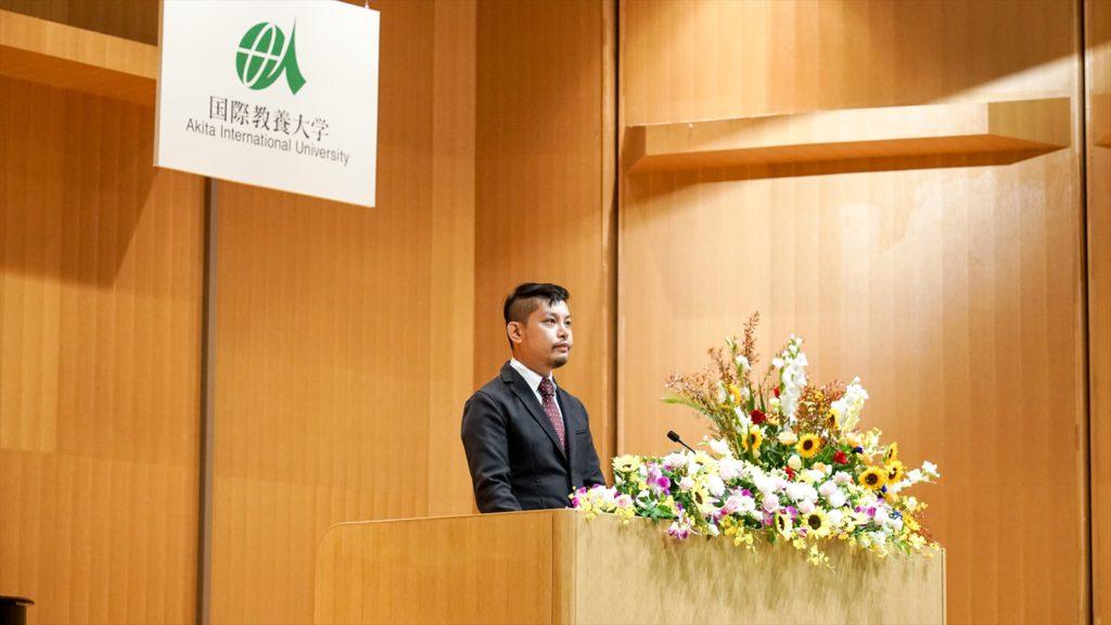 壇上に立ち、代表スピーチを述べる鮎川さんの写真