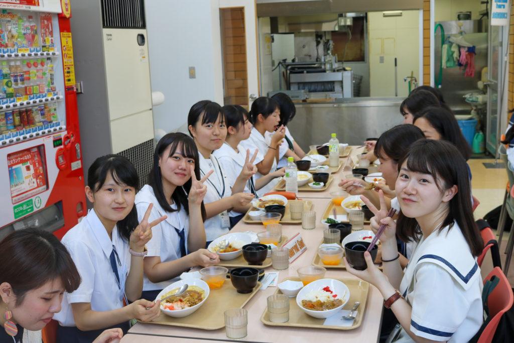 学食で食事をとるセミナー参加者の写真