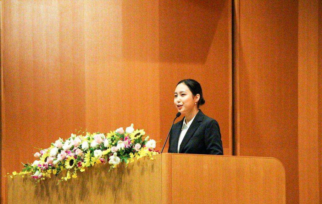 壇上に立ち、代表スピーチを述べるツェルムーンさんの写真
