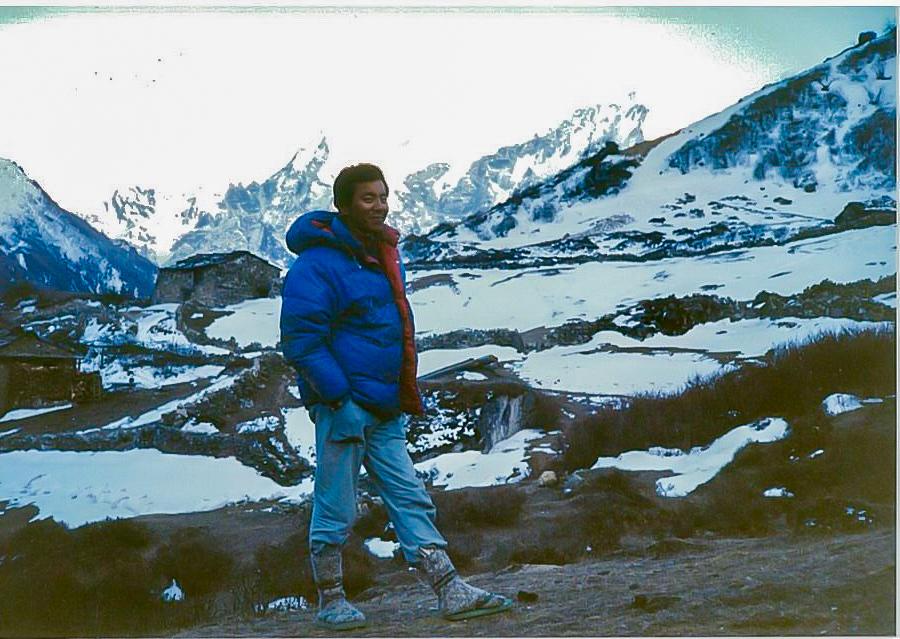 ヒマラヤ山脈を背景にした学生時代の熊谷副学長の写真