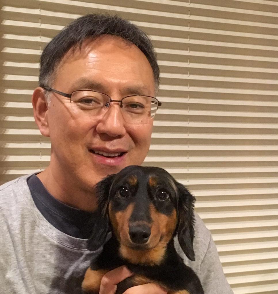 愛犬とともに写る熊谷副学長の写真