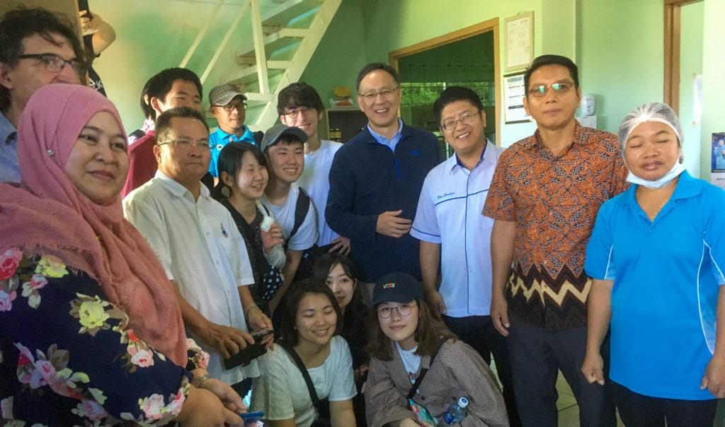 学生たちと写る熊谷副学長の写真