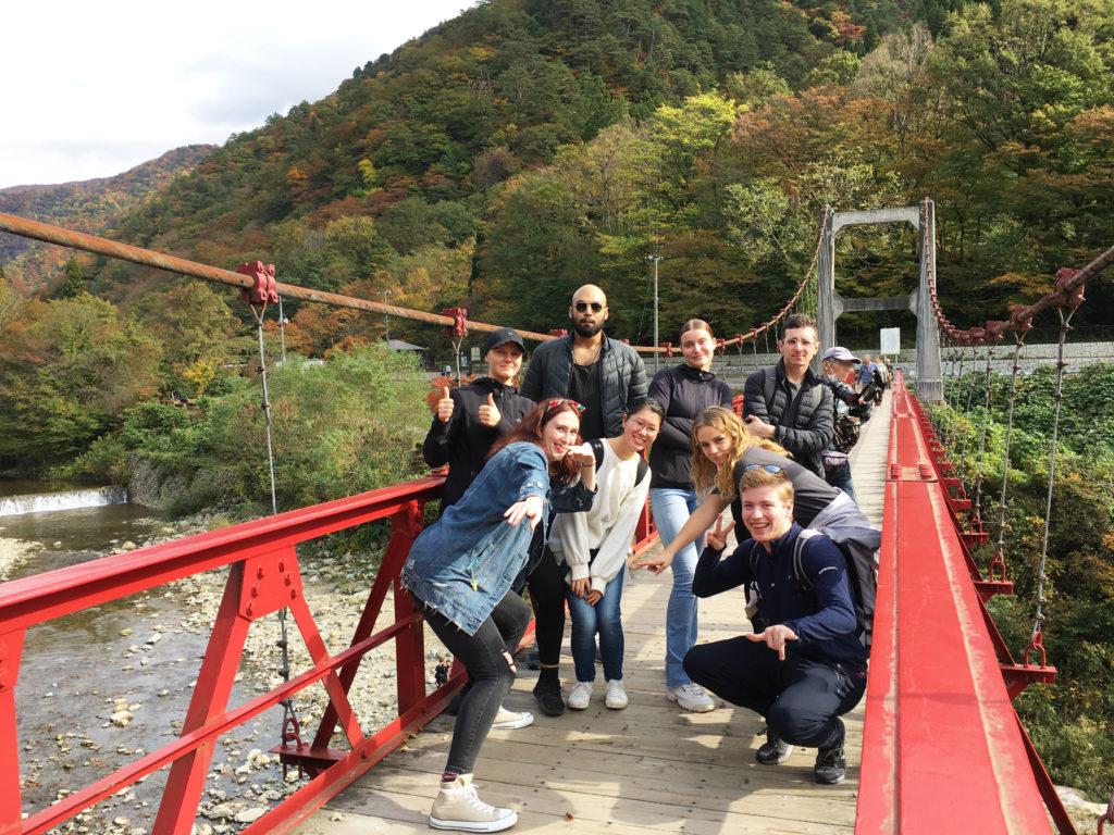 紅葉が始まり色づき始めた山を背景にした記念撮影