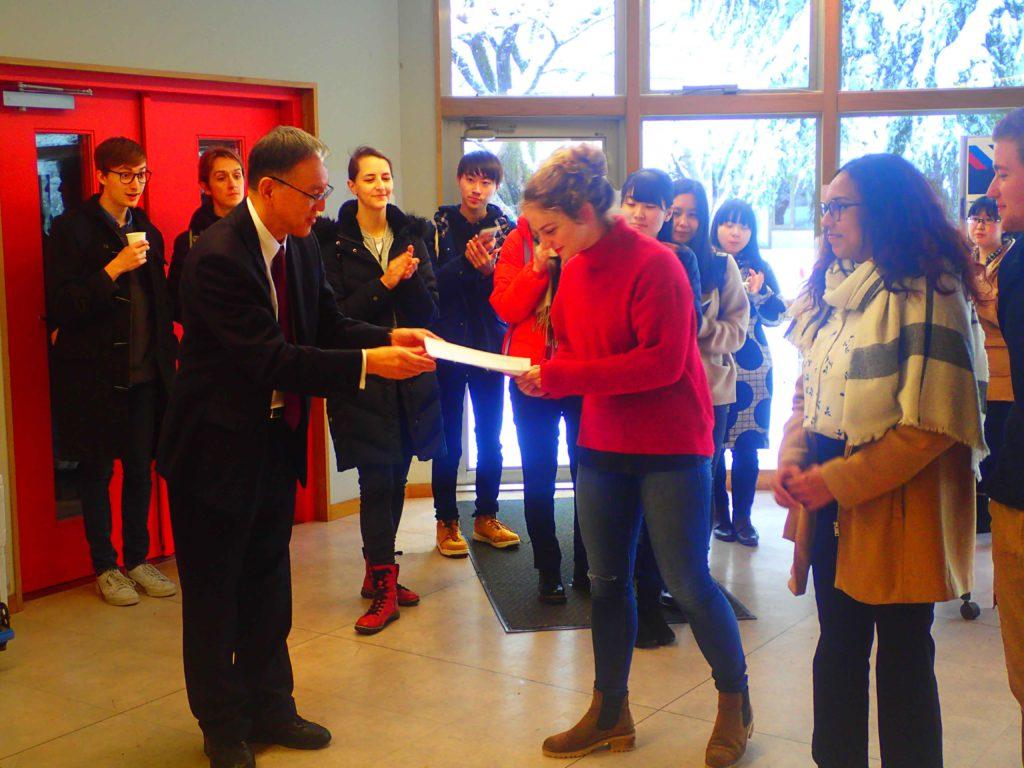 熊谷副学長から賞状を手渡される様子