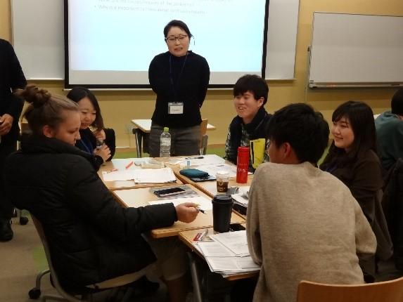グループ討議に取り組む学生