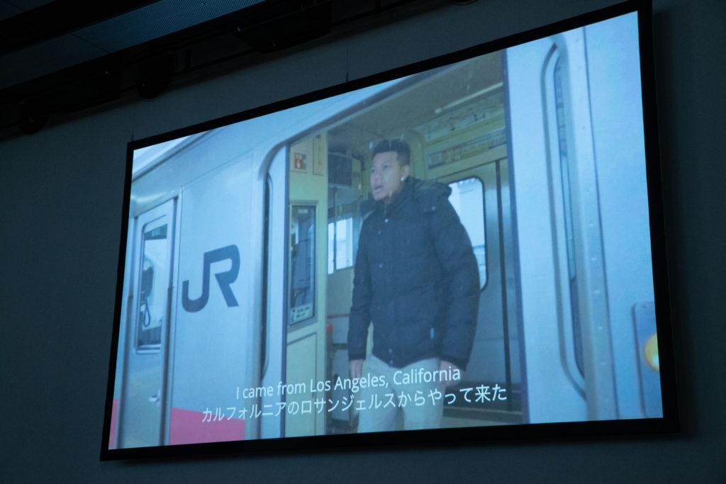 作成したムービーがスクリーンで上映されている写真