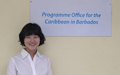 オフィスにてUNODCの看板の前で撮った写真
