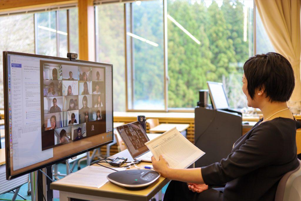 オンライン授業で学生と教員がモニター越しに双方向授業を行っている写真