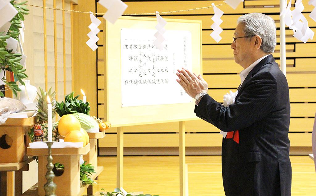 起工式にて安全を祈願する学長の写真