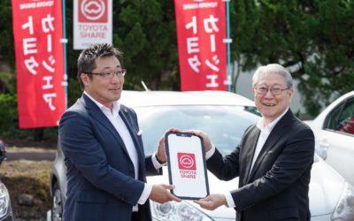 トヨタカローラ秋田の伊藤社長(左)と本学の鈴木学長