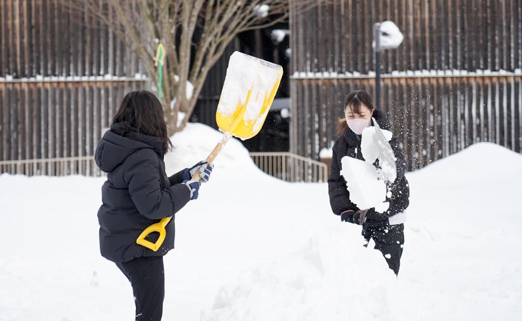雪像作りをしている様子