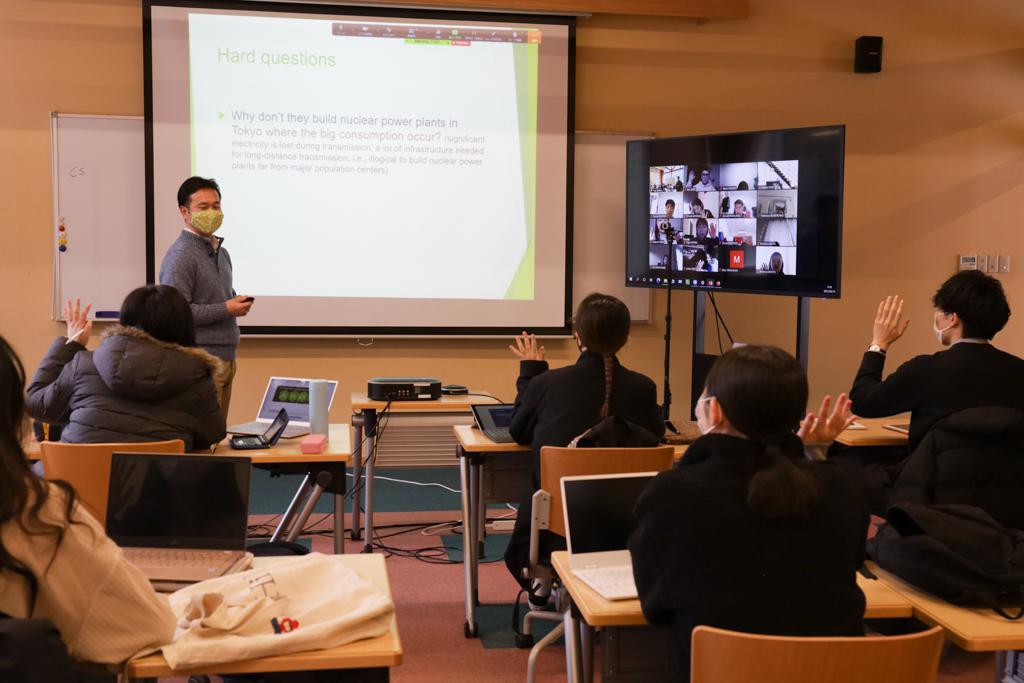 授業に参加している学生が挙手している様子