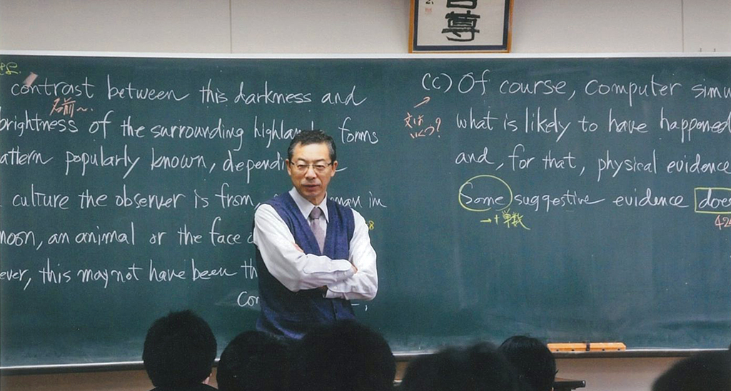 佐藤教授が高校教師生活最後の授業をしている様子