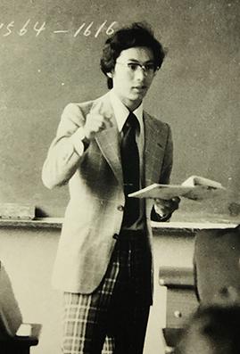 教師1年目の佐藤教授が授業をしている写真