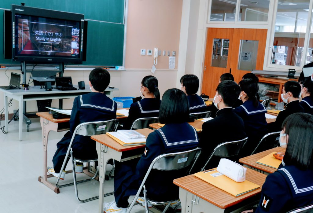 横手南中学校の皆さんがモニターを見ている様子