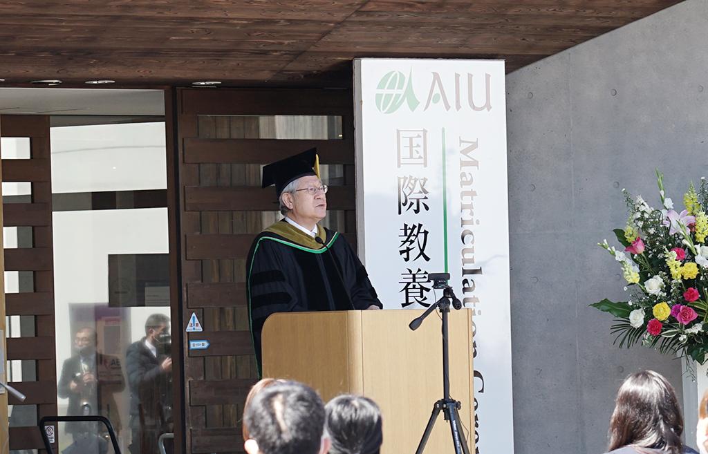 鈴木学長が壇上で式辞を述べている写真
