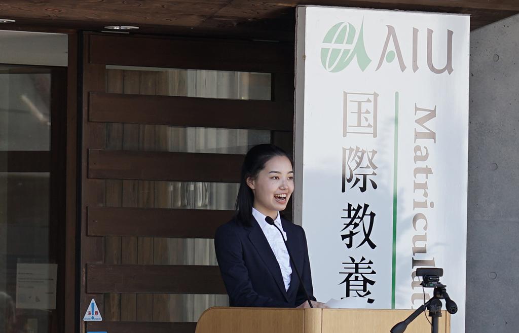 新学部生の上野さんがスピーチを行っている写真