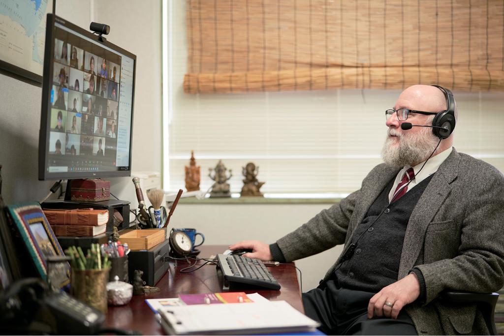 ドーティ教授が画面内の学生たちに語りかける姿