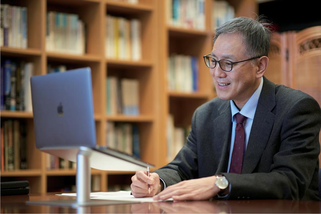 画面越しの学生たちに呼びかける熊谷副学長の写真