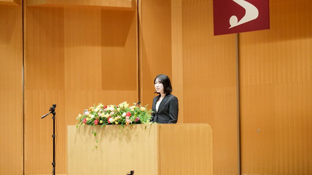 新学部生の宇崎さんがスピーチを行っている写真