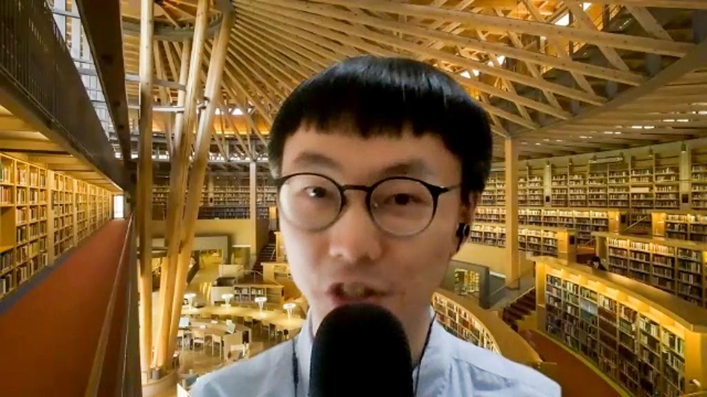 新大学院生のHsuさんがスピーチを行っている写真