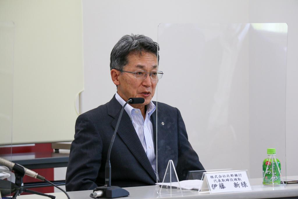 記者会見で話す伊藤頭取の写真
